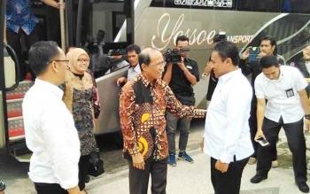 Bupati Pulang Pisau H Edy Pratowo saat menyambut kedatangan rombungan anggota DPR RI yang melakukan kunjungan kerja di Pulang Pisau, Rabu (3/5/2017).