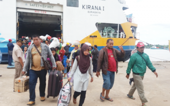 Ratusan penumpang Kapal Kirana I saat turun di Pelabuhan Sampit, Rabu (3/5/2017)