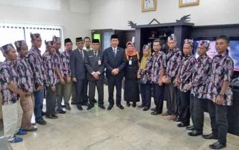 Bupati Barito Utara, Nadalsyah didampingi Kepala Dinas Pertanian Setia Budi dan kelompok tani saat berfoto bersama