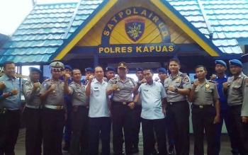 Saat Kapolres Kapuas, AKBP Jukiman Situmorang bersama Kepala Dinas PUPRPKP Kabupaten Kapuas, Simpun Jaya, dan Jajaran Anggota Polair Polres Kapuas di Mako Polair Polres Kapuas, rabu (3/5/2017)