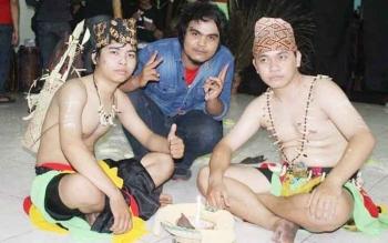 Pegi Pranata (kiri) saat tampil menari khas Dayak.