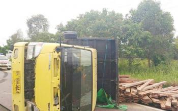 Sebuah truk bermuatan kayu ulin terbalik di Jalan Jenderal Sudirman, Rabu (3/5/2017)