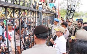 Penjabat Sekda Kalteng Sahrin Daulay didampingi Plt Kepala Dinas ESDM Kalteng dan Karo Ops Polda Kalteng serta Kapolres Palangka Raya saat menemui ratusan sopir truk yang berdemo di pintu keluar kantor Gubernur, Rabu (3/5/2017).