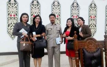 Pina Panduwinata (kiri) bersama anggota DPRD Kota Palangka Raya lainnya saat menghadiri Rapat Paripurna baru-baru ini.