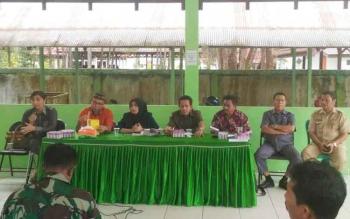 Jumatni (tiga kanan) saat berdialog dengan warga Kelurahan Bukit Tunggal, Kecamatan Jekan Raya, Kota Palangka Raya, Selasa (2/3/2017).