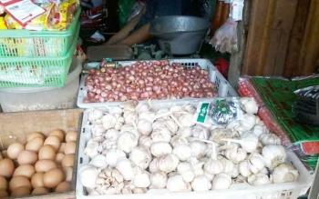 Salah satu toko sembako di Pasar Kasongan yang juga menjual bawang putih, Rabu (3/5/2017)