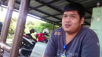 Inilah sosok lelaki di pos keamanan Bandara Tjilik Riwut Palangka Raya dengan tanda pengenal petugas bandara yang menghalangi wartawan Borneonews saat hendak memenuhi undangan anggota Komisi VII DPR RI, Ikhwan Datu Adam, Rabu (3/5/2017).