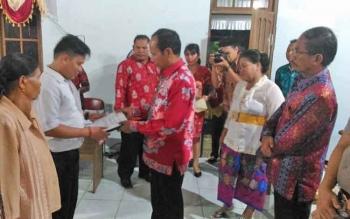 Bupati Gunung Mas Arton S Dohong menyerahkan bantuan kepada panitia pembangunan rumah ibadah umat Kaharingan Sandehen, Rabu (3/5/2017) malam