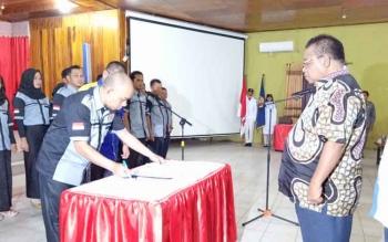 Ketua Karang Taruna Kabupaten Sukamara, Rizalul Munir saat menandatangani berkas pelantikan