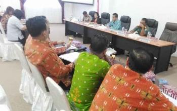 Asisten I Ambo Jabar (tengah) memimpin rapat persiapan hari jadi Kabupaten Gunung Mas, Rabu (4/5/2017)