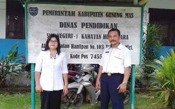 Pengawas SMA/SMK Dinas Pendidikan Provinsi Kalimantan Tengah, Serie (kiri) saat mengunjungi SMAN 1 Kahayan Hulu Utara, Kabupaten Gunung Mas