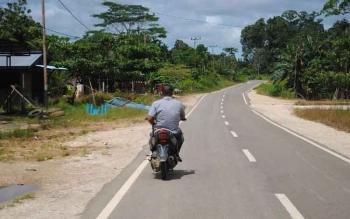 Jalan Jendral Sudirman seberang yang merupakan jalan lingkar luar Kota Puruk Cahu dan juga terhubung dengan Jalan Negara Puruk Cahu - Muara Teweh.