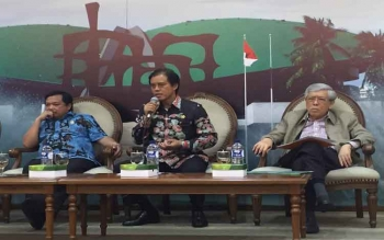 Anggota Komisi IV DPR RI asal Kalteng Hamdhani diapit Wakil Ketua Komisi IV DPR Herman Khaeron (kiri), dan mantan Menteri Pertanian Prof. Bungaran Saragih, dalam diskusi di Komplek Parlemen, Senayan, Jakarta, Rabu (4/5/2017).