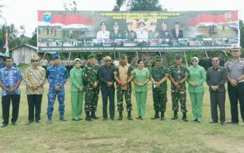 Bupati Lamandau, Ir. Marukan, Kasdam XII Tanjung Pura, dan sejumlah tokoh berfoto bersama usai upacara penutupan TMMD di Desa Sungai Buluh, Kamis (4/5/2017).
