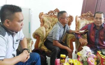Wakil Ketua DPRD Gunung Mas Punding S Merang (kanan) memberikan keterangan kepada wartawan, Kamis (4/5/2017).