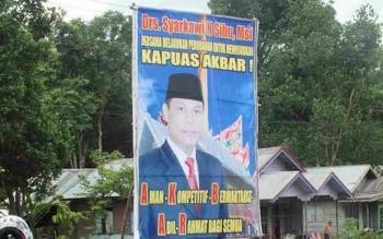 Baliho salah satu bakal calon bupati yang terpampang di Desa Tambang Catur, Kecamatan Kapuas Timur, Kabupaten Kapuas.