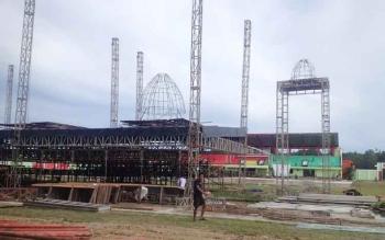 Pembangunan panggung utama STQ Kalteng di Stadion Bola Dr Willy M Yoseph Puruk Cahu, Murung Raya, Jumat (5/5/2017).