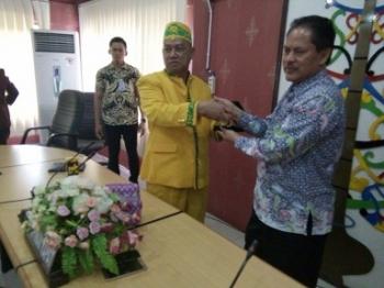 Ketua Komisi C DPRD Kota Palangka Raya, Rusliansyah memberikan cinderamata kepada ketua rombongan DPRD Ponorogo, Jumat (5/5/2017) pagi