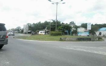 Bundaran Pendahara Lama Kasongan di Km 1 Kasongan ini dinilai merusak pemandangan dan membahayakan pengendara