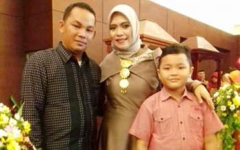 Anggota DPRD Kabupaten Mura, Rahmanto Muhidin dari Komisi A bersama keluarga.