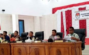 Bupati Sukamara, Ahmad Dirman bersama pimpinan rapat lainnya saat melaksanakan rakor pemilihan bupati dan wakil bupati Kabupaten Sukamara 2018, Jumat (5/5/2017).