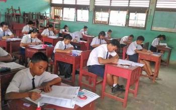 Pelajar SMPN 1 Kurun saat mengikuti ujian nasional.