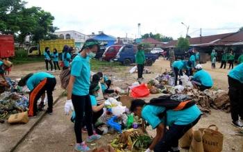 Siswa SMA sederajat di Kota Muara Teweh mengkuti gerakan perang sampah yang diadakan Dinas Lingkungan Hidup Kabupaten Barito Utara, Jumat (5/5/2017).