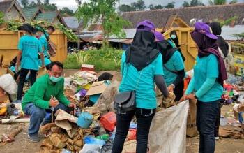 Siswa SMA sederajat saat mengikuti kegiatan perang sampah yang dilaksanakan Dinas Lingkungan Hidup Kabupaten Barito Utara, Jumat (5/5/2017).