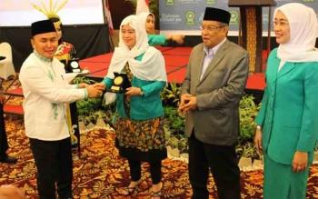 Gubernur Kateng Sugianto Sabran saat memberikan cindera mata kepada Menteri Kordinator Pembangunan Manusia dan Kebudayaan Puan Maharani pada Rakernas Fatayat NU di Palangka Raya, Jumat (5/5/2017).