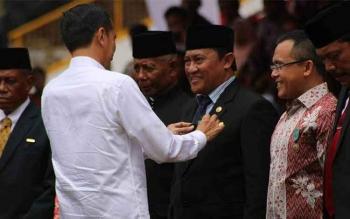 Bupati Pulang Pisau H Edy Pratowo saat menerima Satyalencana Wira Karya dari Presiden pada Penas KTNA ke-15 di Aceh.