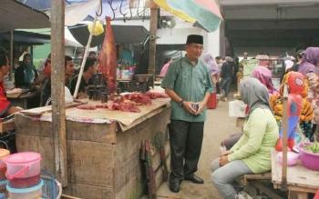 Lapak pedagang daging sapi di salah satu pasar Kota Puruk Cahu.