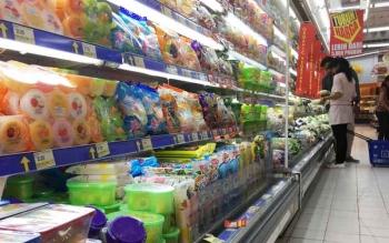 Makanan dan minuman dalam kemasan berjejer di rak etalase di salah satu supermarket di Pangkalan Bun.