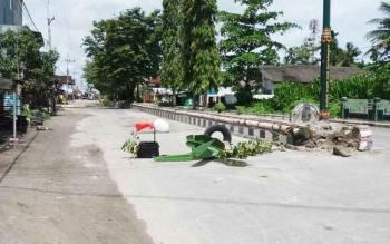 warga Kelurahan Kumai Hulu, Kecamatan Kumai, Kotawaringin Barat, menutup jalur lalu lintas di Jalan Gerilya, Kumai, Minggu (7/5/2017). Warga kesalkarena sejak tiga tahun jalan rusak yang kerap memakan korban itu, tak kunjung diperbaiki.