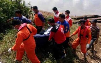 Petugas mengevakuasi jenazah Jumiati, korban tenggelam di Sungai Mentaya, Minggu (7/5/2017).
