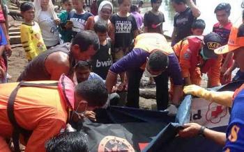 Petugas mengevakuasi jasad Jumiati yang tewas tenggelam di Sungai Mentaya.
