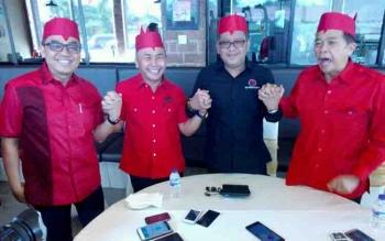 Gubernur Kalteng, Sugianto Sabran (dua dari kiri) bergandengan tangan dengan Sekjen PDIP, Hasto Kristiyanto (dua dari kanan), Ketua DPD PDIP Kalteng, R Atu Narang (kanan) dan Ketua Panitia Rakorda PDI Perjuangan Kalteng, Aris Marcorius Narang (kiri).