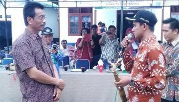 Kepala Dinsos PMD Kabupaten Barito Utara, Sugianto Panala Putra disambut Kepala Desa Trinsing, Heri Mansupardi, saat penilaian lomba desa, beberapa waktu lalu.\\r\\n