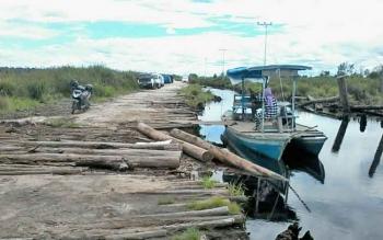 Kendaraan roda empat warga Desa Talingke terpaksa parkir di tepi jalan Desa Talingke, Kecamatan Tasik Payawan, Kabupaten Katingan, Kalimantan Tengah, karena tidak bisa melintas di jalan yang kebanjiran, Senin (8/5/2017).
