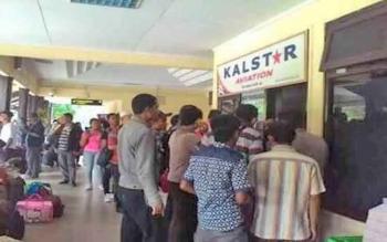 Calon penumpang antre untuk mendapatkan tiket pesawat di Bandara Iskandar, belum lama ini.