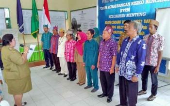 Lurah Menteng, Kamala Ratna, melantik dan mengukuhkan pengurus FPRB, Senin (8/5/2017).