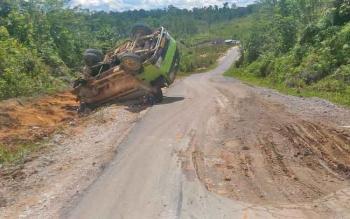 Truk CPO berplat B 9539 BFU terbalik di jalan Kurun-Palangka Raya, Senin (8/5/2017) siang