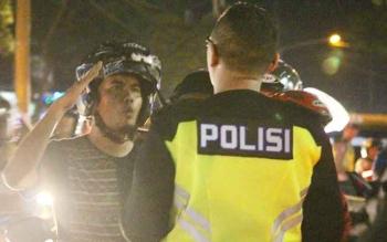 Pengendara sepeda motor saat ditilang petugas di bundaran Pancasila Pangkalan Bun belum lama ini.