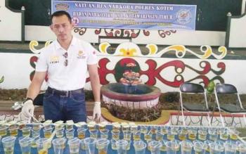 Ratusan urine milik karyawan PT Mustika Sembuluh yang diperiksa polisi.