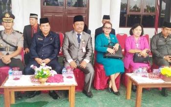 Sekda Kabupaten Gunung Mas Kamiar (dua dari kiri) saat upacara peringatan Hardiknas di halaman kantor bupati, Senin (8/5/2017)