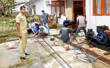 Peserta yang mengikuti pelatihan las listrik saat melakukan praktek pengelasan di Dinas Tenaga Tenaga Kerja, Transmigrasi dan Koperasi UKM Barito Utara