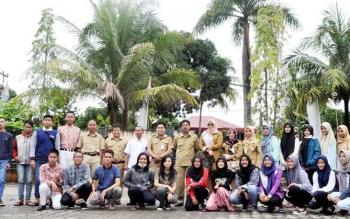 Kabid Pembinaan Pendidikan Dasar, Ardian dan pejabat lainnya di dinas pendidikan foto bersama dengan peserta Olimpiade Saint Nasional (OSN)