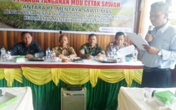 Komisi II DPRD Kotim saat hadir dalam kegiatan MoU percetakan sawah di Kecamatan Mentaya Hulun dengan pihak PBS.