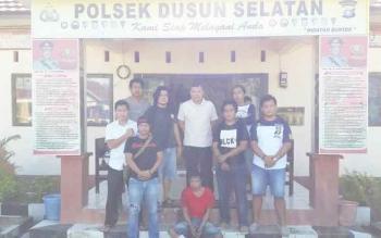 Duduk baju merah Muhamad Yamin tersangka spesialis pencurian sarang buring walet diamankan di Polsek Dusun Selatan