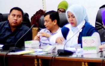 Ketua Baleg DPRD Barito Utara, Helma Nuari Fernando bersama anggota lainnya Taufik Nugraha dan Henny Rosgiaty Rusli saat mengikuti rapat