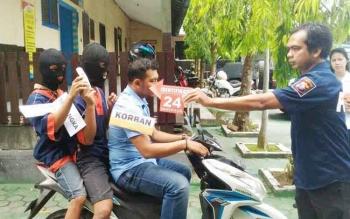 Aparat Polres Barito Utara melaksanakan reka ulang pembunuhan yang dilakukan HS dan SB terhadap guru SD, Senin (8/5/2017)